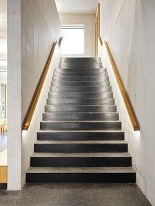 08 Im Erdgeschoss sind sowohl der Boden im Gang wie die Treppe ins Obergeschoss aus geschliffenem, schwarzem Gussasphalt.