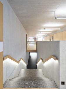 10 In den Treppenhandlauf ist ein Lichtband  integriert.