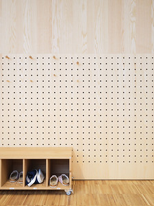16 Die gelochten Holzpaneele mit passenden Holzhaken ermöglichen den Kindern, die Garderobenwand je nach Körpergröße und nach ihren Vorstellungen einzuteilen.