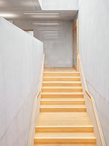 09 Die Treppen in die oberen Geschosse sind aus Eichenholz.