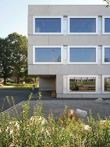 03 Die Bank vor dem Eingang ist aus Eichenholz, das aus dem Gemeindewald stammt.