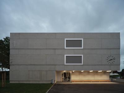 04 Der Haupteingang wird durch den Gebäudeeinschnitt markiert.