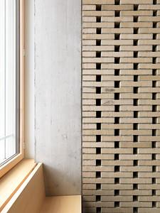 16 Schulhaus Pfeffingen, Foyer im Erdgeschoss / Sitzbank an der Fassade