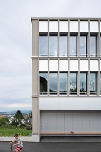 04 Schulhaus Pfeffingen, Haupteingang / Eingangsnische