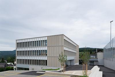 02 Schulhaus Pfeffingen, Südwestfassade / Haupteingang