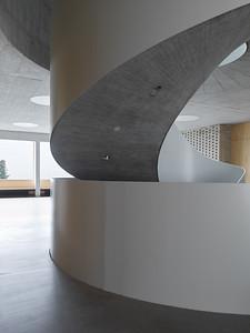 08 Schulhaus Pfeffingen, Foyer Erdgeschoss / Wendeltreppe