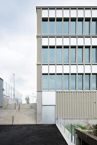 05 Schulhaus Pfeffingen, Ostfassade / Verbindungstreppe / Service-Eingang