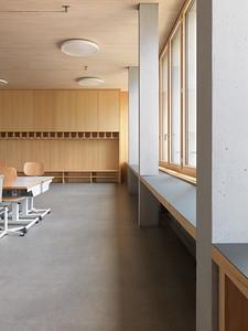 19 Schulhaus Pfeffingen, Schulzimmer mit integrierter Garderobe.