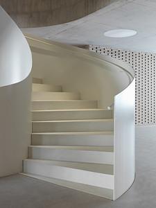 07 Schulhaus Pfeffingen, Wendeltreppe im Erdgeschoss