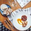 MINE WINE Table setting: beef tartare with egg yolk