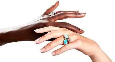 Ring i guld med blå sten 21.800 SEK  Ring i vitguld med grön sten: 18.300 SEK  Ring i guld med diamanter  35.300 SEK