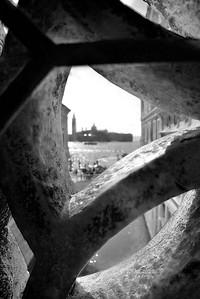 Vista desde el interior del Puente de los Suspiros, entrada a las celdas en el Palacio Ducal, Venecia