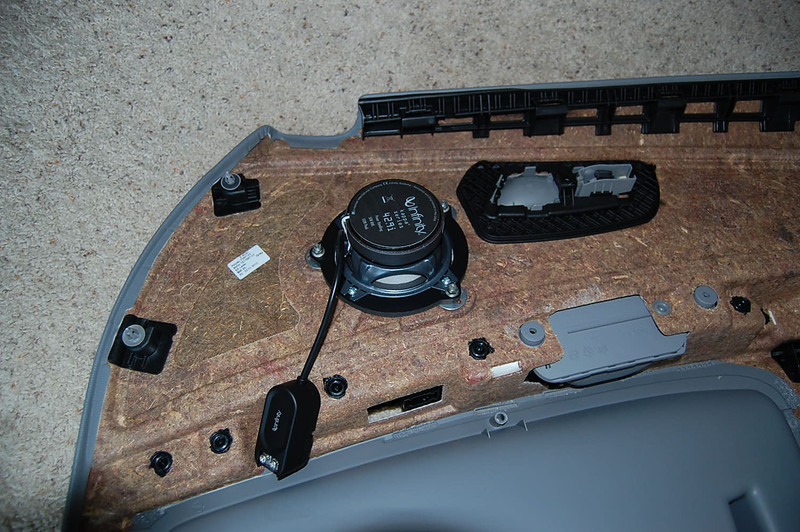 "Aftermarket speaker and speaker ring from   <a href=""http://www.car-speaker-adapters.com/items.php?id=SAK076""> Car-Speaker-Adapters.com</a>   installed"