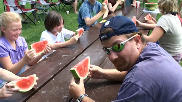melon eating 10 001