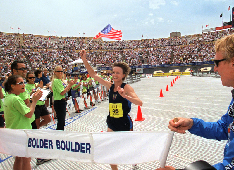 Deena Drossin carries an American Flag on her way to winning the 2001 Womens Bolder Boulder.