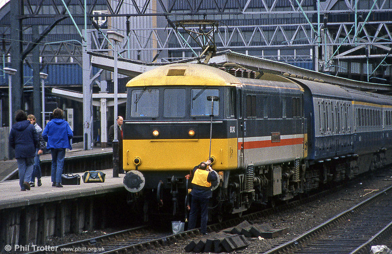 Wash and brush up time for 86242 'James Kennedy GC' in Inter City livery before departing from Euston for the north in May 1985. Later transferred to Anglia services, this loco was renamed 'Colchester Castle' in 2002. This was the first class 86 to be given the initial version of Inter City Executive livery in February 1985. (Thanks to CPB for additional info.)