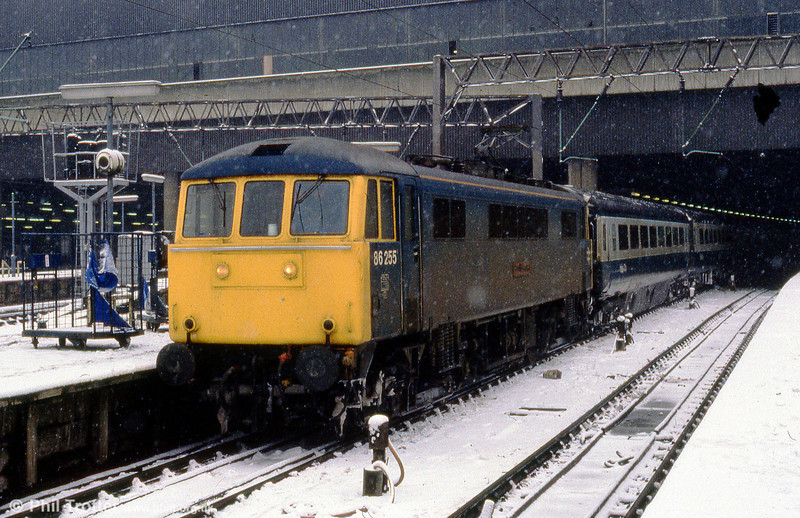 86255 ' Penrith Beacon ' in a snowstorm at London Euston.
