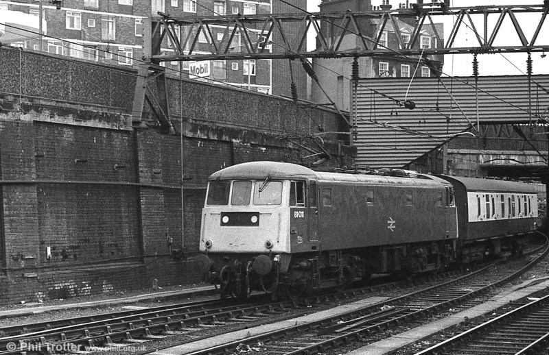 81011 shunts a lone BG at London Euston in the 1980s. 81011 entered service as E3013 in December 1960 and was scrapped by Coopers, Sheffield in 1991.