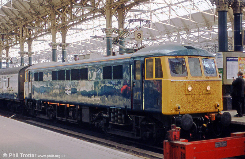 86251 at Manchester Piccadilly in May 1985.