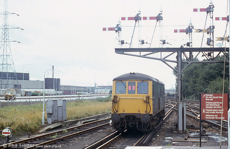 A class 73 passes under the fine array of signals at Southampton Central.