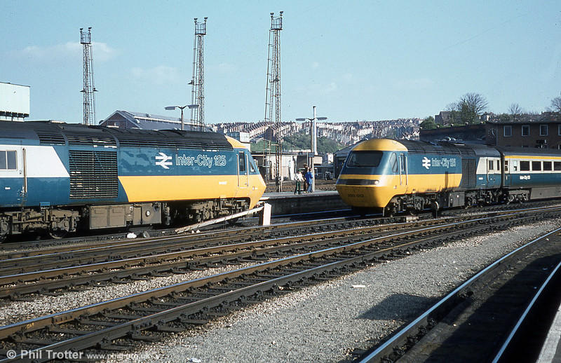 Two HST power cars come face to face at Bristol Temple Meads, showing the type's original livery to good effect.