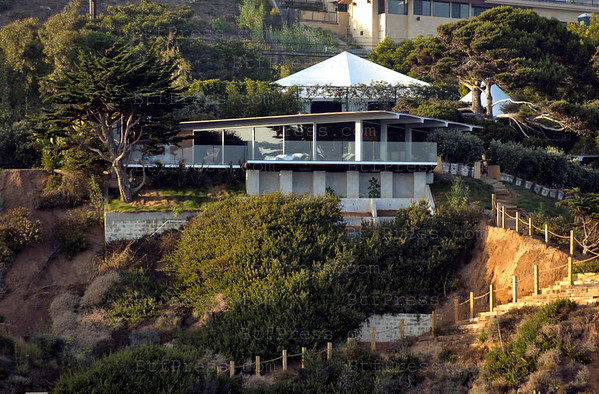 Malibu, California. Brad Pitt has decided to sell one of hisÊhouses. HeÕs putÊhisÊMalibu estate on the market Ñ the asking price?ÊOnly $18 million, almost $12 million more than he paid for it in 2005.ÊThe glass-walled contemporary mansion is perched on a bluff overlooking the ocean andÊhas a large swimming pool andÊtennis court. ÊPitt still has an oceanfront Ênorth of Santa Barbara, aÊlongtime home the Los Feliz neighborhood of Los Angeles, another home with current partner Angelina JolieÊin New OrleansÊand a 40+ acre estate in Lloyd Neck, New York. They also lease the Chateau Miraval estate in rural France.