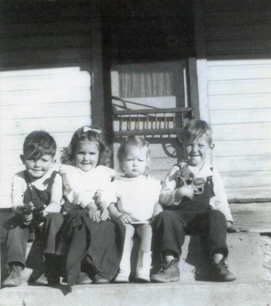 Ronnie Turner (Opel), Glenda Bramwell (Carl), Carla and Kelly Kinser (Lois).