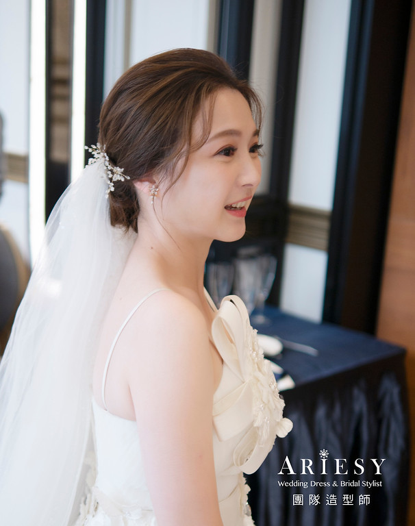 新娘秘書、韓系風格新娘、側邊放髮造型、蓬鬆盤髮造型、自然輕透妝感