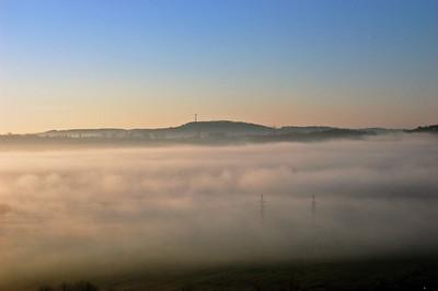 Brno z mého okna. 13. prosince 2011. Prosincová mlha. Celá krajina pod okny je plná mlhy. Zahalila vesnice na protěšjší straně,