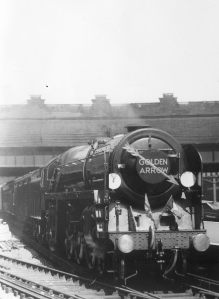 70004 William Shakespeare Victoria station with the 'Goldon Arrow' complate with flags and arrows (2)