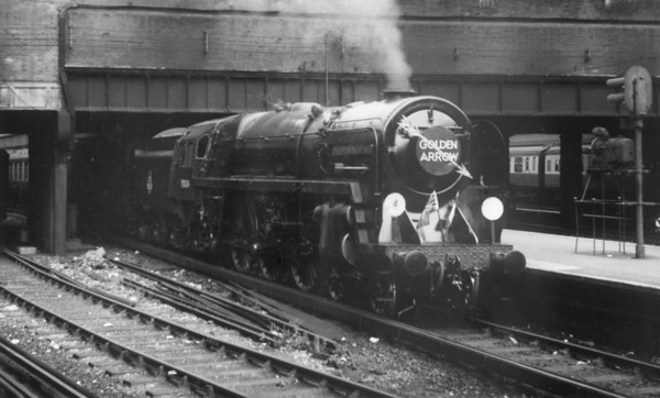 70004 William Shakespeare Victoria station with the 'Goldon Arrow' complate with flags and arrows (1)