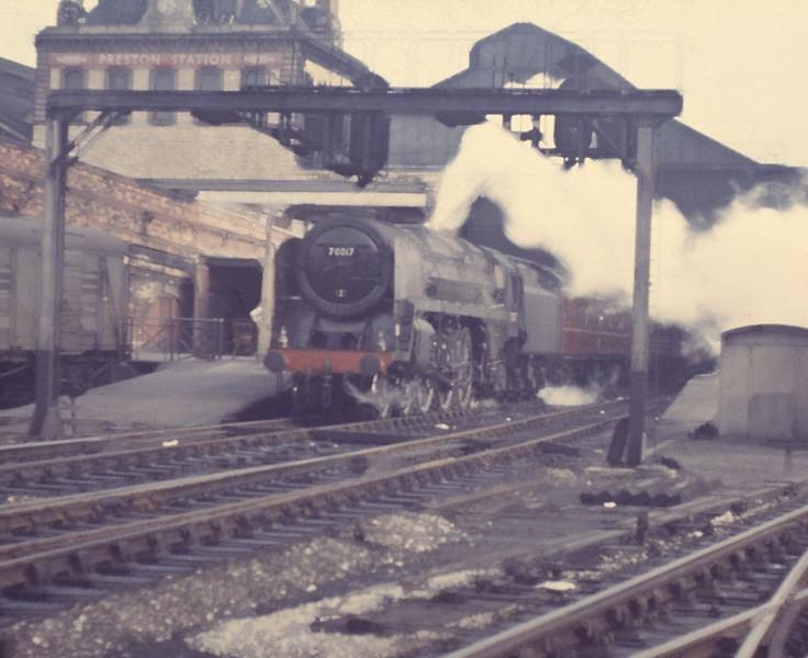 70017 Arrow 210465 1820 Preston Station P5