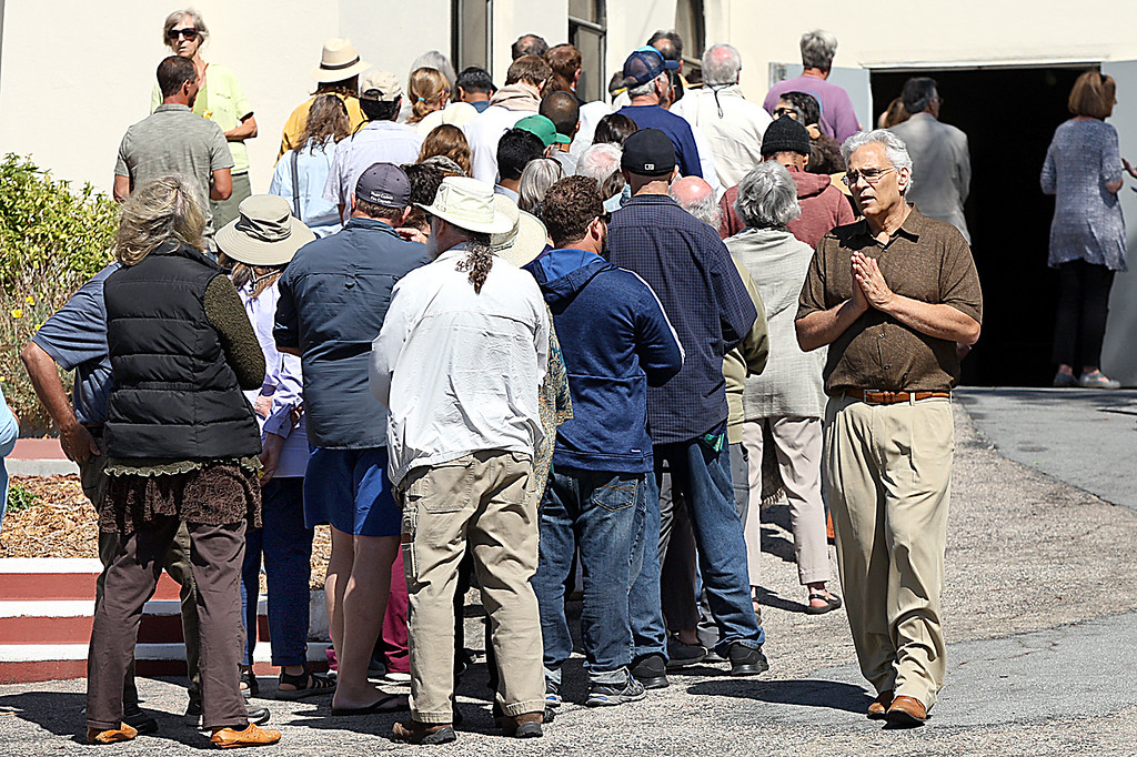 . Devotees of popular guru Baba Hari Das line up to view the body Tuesday morning at Santa Cruz Memorial crematory.  Baba Hari Das came to California in 1971 and died in Bonny Doon Tuesday morning.  (Dan Coyro -- Santa Cruz Sentinel)