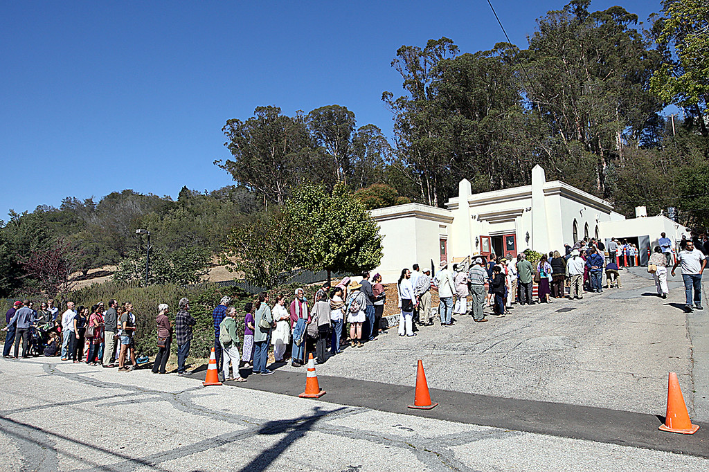 . Devotees of Baba Hari Das line up to view the body of the popular guru Tuesday morning at Santa Cruz Memorial crematory.  Baba Hari Das came to California in 1971 and died in Bonny Doon Tuesday morning.  (Dan Coyro -- Santa Cruz Sentinel)