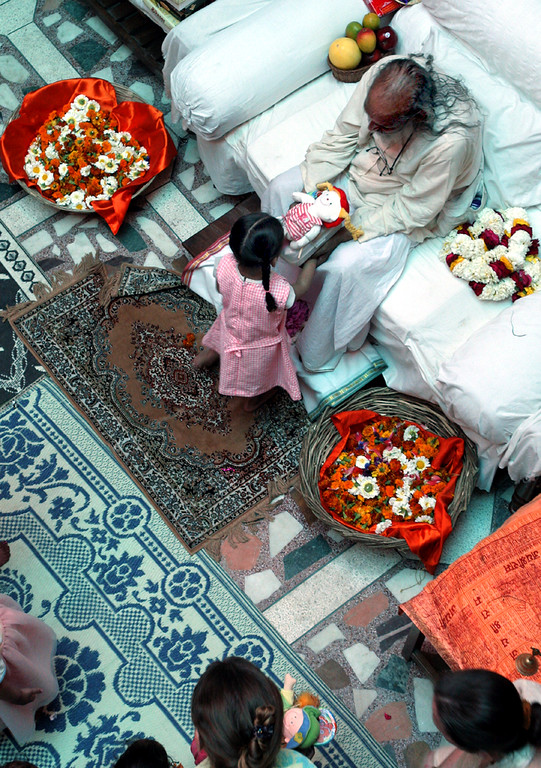 . Baba Hari Dass, the inspiration for Mount Madonna Center and Sri Ram Ashram orphanage, gives one of Sri Ram\'s youngsters a gift during a visit to the ashram near Haridwar, India in 2007. (Shmuel Thaler -- Santa Cruz Sentinel)