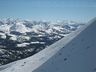 A nice pic of a skier and the mountains behind him.