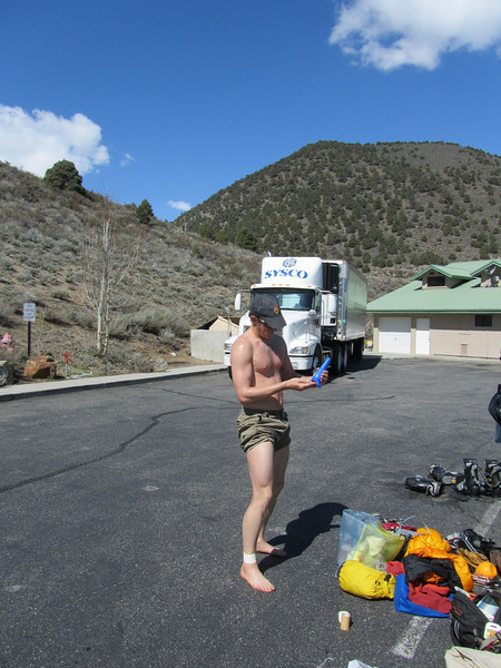 After spending the night at Nick & Kelly's halfway house (halfway to ze E. Side), we got up, and got to the Whoa Nellie at around 9.  Sorted gear, and put on sunscreen...