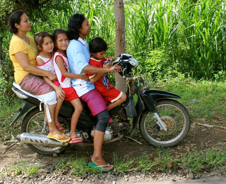 À cinq sur une moto... qui dit mieux ?