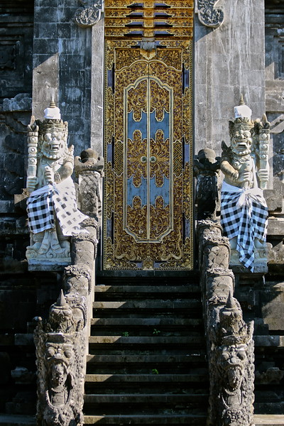 Un temple bien gardé... Goa Lawah
