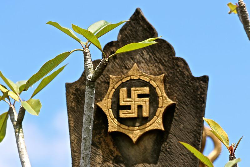 """Swastika signifie """"bien"""". Rien à voir avec le symbole nazi, inversé dans sa représentation comme dans sa signification."""