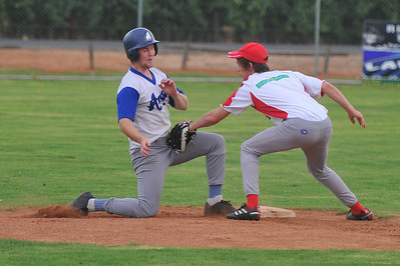 Stefan Best (Renmark) tries to make it back to 2nd base