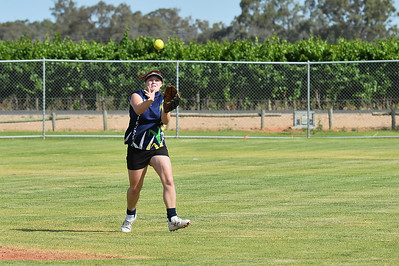 Chelsea Hopper (Loxton) almost takes the catch