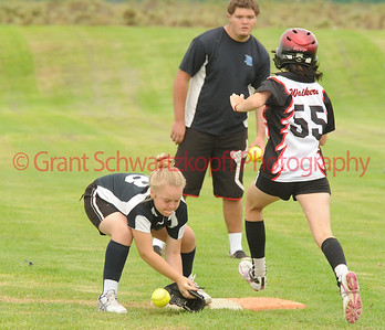 Zoe Battams (Loxton Green) tries to get the ball on 1st base