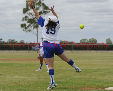 Amanda Yia (Renmark) stretches for the ball on 1st base