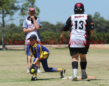 Thaleisha Fridd  (Cobby) takes the ball at 1st base while Kirsty Smith (Waikerie) runs to the base.