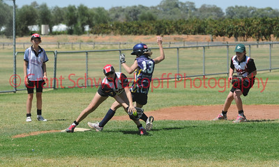 Kristen Pick (Waikerie) takes the ball just before Rachel Wagner (Loxton) touches 3rd base.