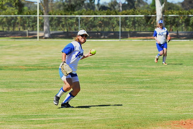 Sue Jungfer (Renmark) throws to 1st