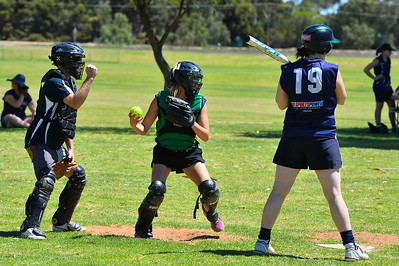 Emmie Richardson (Loxton B) catching, Melissa Loxton (Loxton A) batting