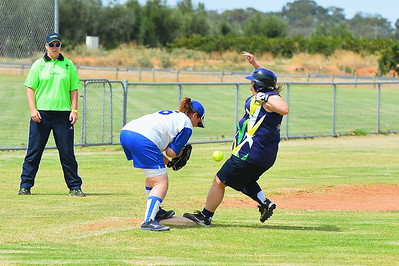 Michelle Bradtke (Loxton B) makes it safely to 3rd