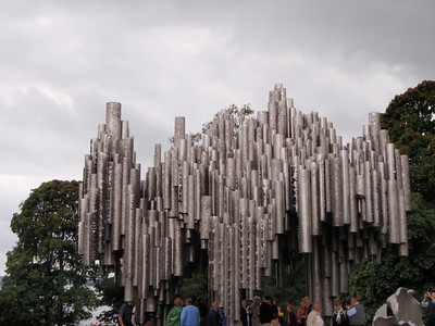 It consists of series of more than 600 hollow steel pipes welded together in a wave-like pattern.